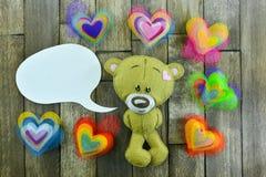 Carte postale de jour de valentines Teddy Bear et coeurs colorés Photos stock