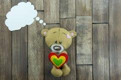 Carte postale de jour de valentines Teddy Bear et coeurs colorés Photographie stock