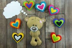 Carte postale de jour de valentines Teddy Bear et coeurs colorés Images libres de droits