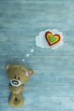 Carte postale de jour de valentines Teddy Bear et coeurs colorés Image stock