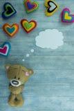 Carte postale de jour de valentines Teddy Bear et coeurs colorés Image libre de droits