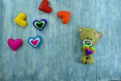 Carte postale de jour de valentines Teddy Bear et coeurs colorés Photo libre de droits