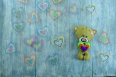 Carte postale de jour de valentines Teddy Bear et coeurs colorés Photographie stock libre de droits