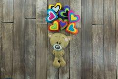 Carte postale de jour de valentines Teddy Bear et coeurs colorés Photos libres de droits