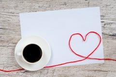 Carte postale de jour du ` s de Valentine, tasse de café et formes de coeur Photos libres de droits