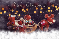 Carte postale de Noël Cerfs communs avec la famille sur le traîneau Images stock