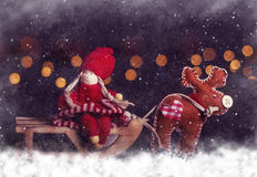 Carte postale de Noël Fille sur le traîneau avec des cerfs communs Photos libres de droits