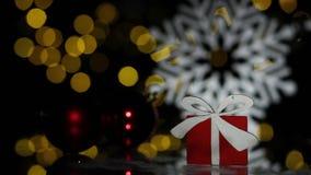 Carte postale de nouvelle année avec le giftbox et les flocons de neige de jouet ; banque de vidéos