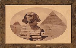 Carte postale de photo du sphinx et grandes pyramides les années 1900 de Gizeh, Egypte photo stock