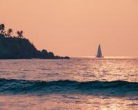 Carte postale de vacances de vacances - beau paysage, coucher du soleil à la mer chaude, voilier sur l'horizon, île avec le palmi image stock