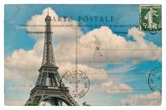 Carte postale de vintage de Paris avec Tour Eiffel au-dessus de ciel bleu Photographie stock libre de droits