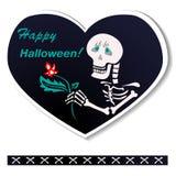 Carte postale en forme de coeur Le squelette souhaite un Halloween heureux Photographie stock libre de droits
