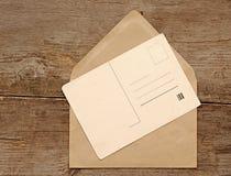 Carte postale et enveloppe blanc de cru Images stock
