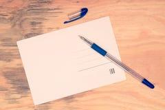 Carte postale et stylo photographie stock libre de droits