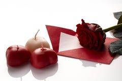 Carte postale le jour du ` s de Valentine, roses, bougies, coeur, note d'amour dessus Image stock