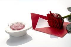 Carte postale le jour du ` s de Valentine, roses, bougies, coeur, note d'amour dessus Photographie stock