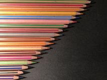 Carte postale ou cadre avec des crayons, papier de note sur le fond noir images stock