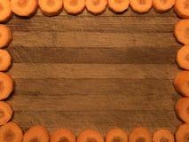 Carte postale ou cadre vide avec des carottes de glissières, papier de note sur le fond en bois Photographie stock