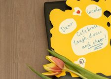Carte postale pour l'anniversaire de sa grand-mère aimée faite avec ses propres mains images libres de droits