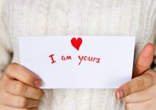 Carte postale pour le jour de valentines dans des mains de la fille Photo libre de droits