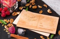 Carte postale romantique Une vue supérieure d'une carte mignonne, des coeurs de glace, des baies roses et des noix sur un fond fo Photos stock