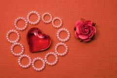 Carte postale surdimensionnée faite main pour la félicitation ou une déclaration de l'amour, fond rouge avec la fleur rouge et co Image libre de droits