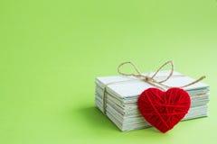 Carte postale vide, postcrossing, lettre d'amour rouge de coeur Images stock
