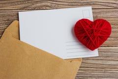 Carte postale vide, postcrossing, lettre d'amour rouge de coeur Photos libres de droits