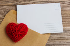 Carte postale vide, postcrossing, lettre d'amour rouge de coeur Photo stock