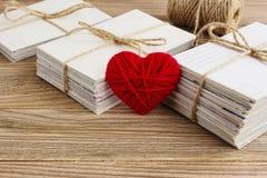 Carte postale vide, postcrossing, lettre d'amour rouge de coeur Photos stock
