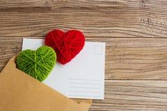 Carte postale vide, postcrossing, lettre d'amour rouge de coeur Photographie stock libre de droits