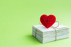 Carte postale vide, postcrossing, lettre d'amour rouge de coeur Photographie stock