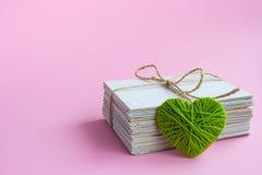 Carte postale vide, postcrossing, lettre d'amour verte de coeur Image stock