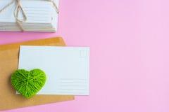 Carte postale vide, postcrossing, lettre d'amour verte de coeur Photo stock