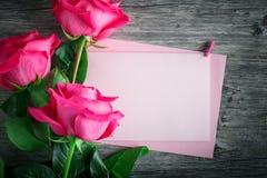 Carte pour le jour du ` s de St Valentine, jour du ` s de mère Jour de la femme Roses roses sur un fond foncé Images libres de droits