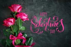 Carte pour le jour du ` s de St Valentine, jour du ` s de mère Jour de la femme Roses roses sur un fond foncé photos stock