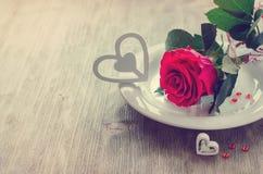 Carte romantique du jour de Valentines de saint avec rose et des coeurs Photographie stock libre de droits