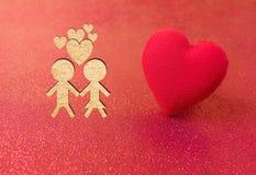 Carte rouge d'amour de coeur de coupe heureuse de papier de personnes de Valentine Photos libres de droits