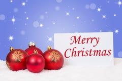 Carte rouge de boules de Joyeux Noël avec des souhaits Photographie stock