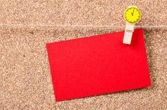 Carte rouge vide accrochant sur le mur en bois Photos libres de droits