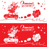 Carte saisonnière avec la petite et mignonne rétro voiture de voyage avec le bagage Photographie stock libre de droits
