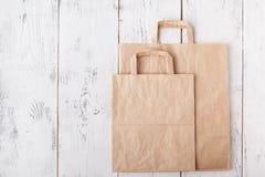 Carte straccie pronte per riciclare Cura di ecologia e di responsabilit? sociale, usando dei sacchi di carta invece di plastica immagine stock libera da diritti