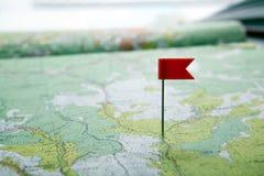 Carte topographique avec la fin colorée de punaise de drapeau  photo stock
