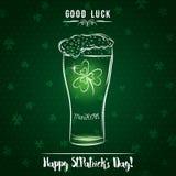 Carte verte pour le jour du ` s de St Patrick avec la tasse de bière et l'oxalide petite oseille, VE Image stock