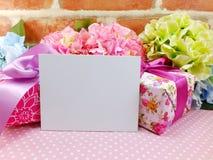 Carte vide avec le fond de copie de l'espace et le boîte-cadeau et la fleur Photo stock
