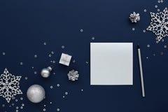 Carte vierge argentée de Noël et décorations de nouvelle année photographie stock