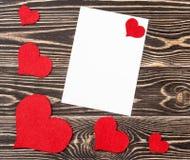 Carte vierge avec des coeurs sur le fond en bois Image stock