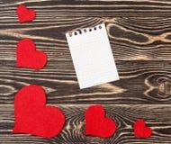 Carte vierge avec des coeurs sur le fond en bois Photographie stock libre de droits