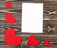 Carte vierge avec des coeurs sur le fond en bois Photographie stock
