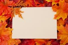 Carte vierge avec des lames d'automne pour le votre Photo libre de droits